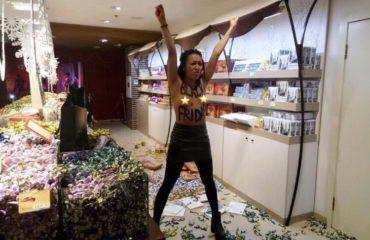 """Femen устроили """"Черную пятницу"""" в магазине """"Рошен"""""""