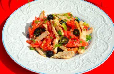 Салат с курицей и малиновым уксусом