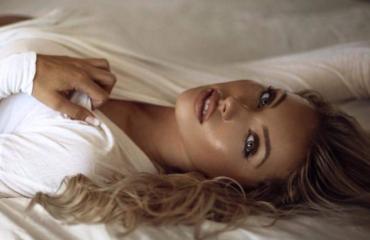 Обнаженная Оливия Бернс украсила обложку журнала Maxim