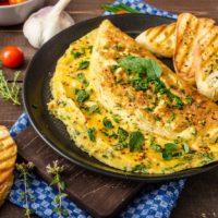Идея для завтрака: омлет с грибами и сыром