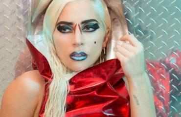 Леди Гага в купальнике показала свои татуировки