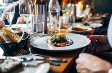 Салат с лососем и рукколой: легкое приготовление