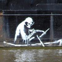 Загадочный художник стрит-арта Бэнкси впервые попал на видео