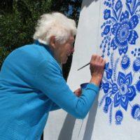 90-летняя бабушка из Чехии превратила деревню в художественную галерею