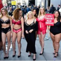 Обнаженные девушки plus-size устроили протест на Неделе моды в Лондоне