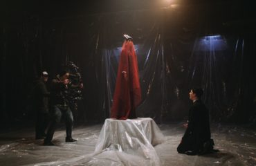 Буря, соблазны и всепоглощающий огонь: опубликованы фото со съемок нового клипа MELOVIN