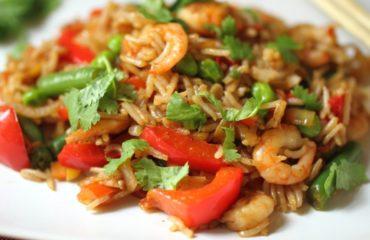 Рис с креветками, луком и болгарским перцем