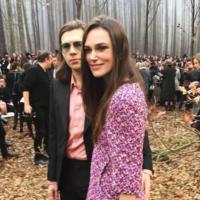 Кира Найтли посетила эффектное шоу Chanel вместе с мужем