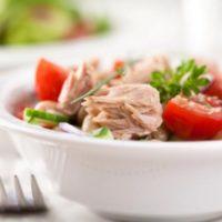 Салат с тунцом, фасолью и помидорами