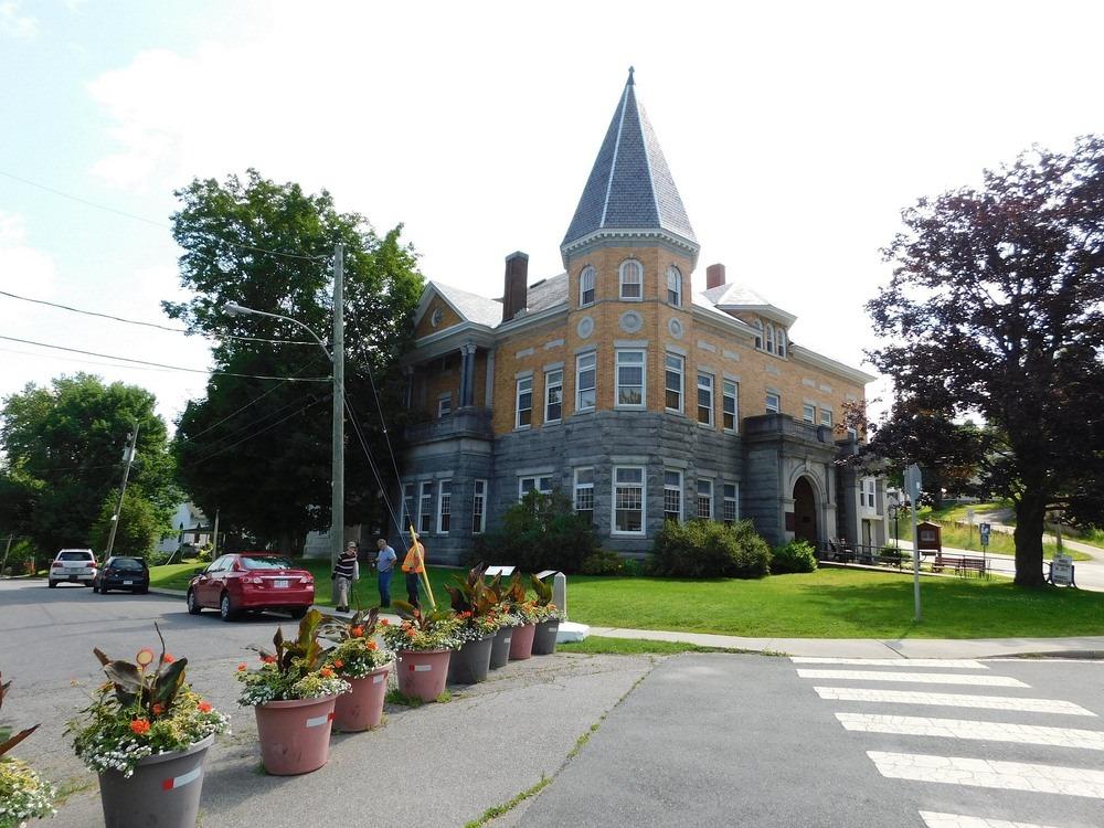 Необычная библиотека: как США и Канада делят здание, построенное на их границе