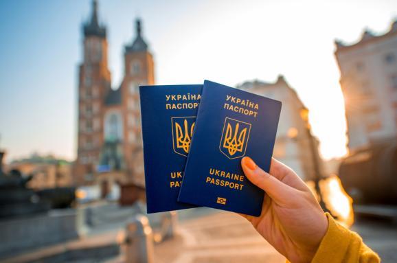Загранпаспорта в Украине теперь выдают вовремя: ГМС