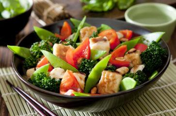 Весенний рецепт салата из брокколи и курицы