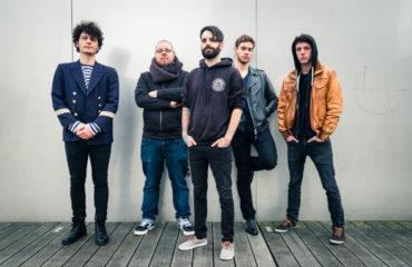 Французкая группа разбила в клипе гитару и старый телевизор