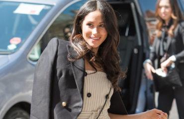 Мода на платья миди: Меган Маркл вышла в свет в стильном деловом образе