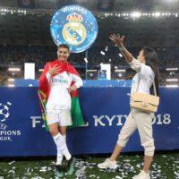 Поцелуй за победу: девушка Роналду разделила триумф с игроком