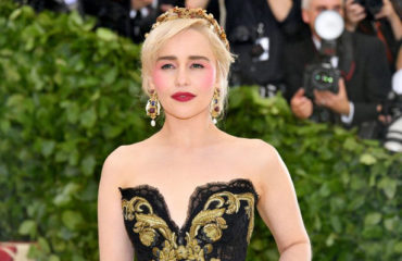 Образ звезды: Эмилия Кларк удивила ярким макияжем на Met Gala 2018