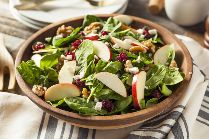 Рецепт легкого салата с яблоками и шпинатом