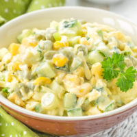 Простой рецепт салата с кукурузой и огурцами