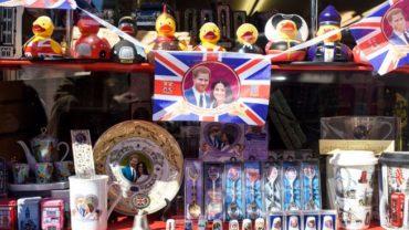 Хлопья, презервативы и барабан: странные сувениры к королевской свадьбе