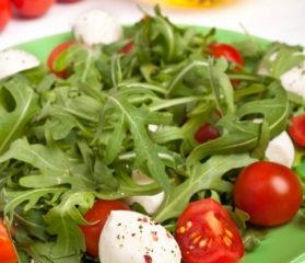 Рецепт салата с моцареллой и рукколой