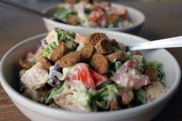 Сытный рецепт салата с куриной грудкой