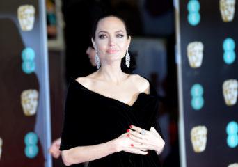 Папарацци засняли именинницу Джоли в парке развлечений
