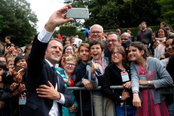 """Господин президент: Эммануэль Макрон отчитал подростка, назвавшего его """"Ману"""""""