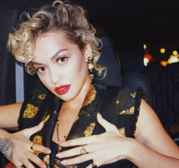 Из блондинки - в огненно-красный: Рита Ора кардинально изменила цвет волос