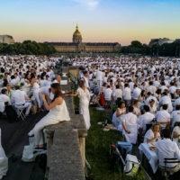 """Юбилейный """"Ужин в белом"""" в Париже собрал тысячи гостей"""