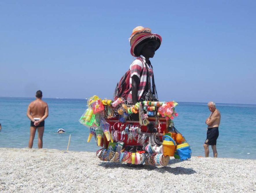 """Туристов в Италии могут ждать огромные штрафы за покупку """"фейков"""" на пляжах"""
