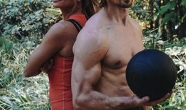 Холли Берри показала, как тренируется на гимнастических кольцах