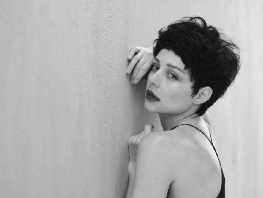 Тина Кароль стала короткостриженой брюнеткой ради роли в кино