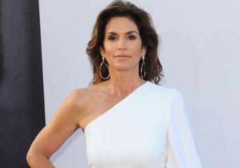Образ звезды: Синди Кроуфорд покорила публику роскошным белым нарядом
