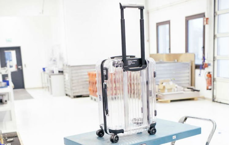 Off-White и Rimowa создали прозрачный чемодан для путешествий