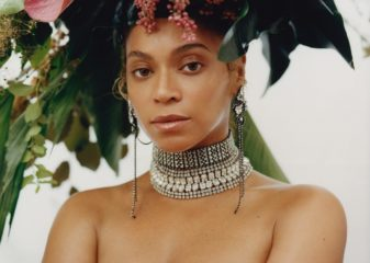 Цветы и простыни: Бейонсе украсила обложку американского Vogue