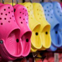 Компания Crocs закрывает свои фабрики