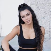 "Жуткий тренд: Ким Кардашян ""вшила"" ожерелье себе под кожу"