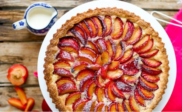 Привет, осень: рецепт сливового пирога с орехами