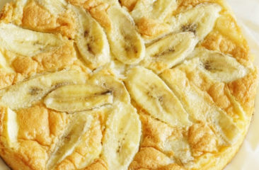 Летнее настроение: рецепт яблочно-бананового пирога