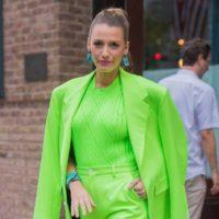 Образ звезды: Блейк Лайвли вышла в свет в салатовом неоновом костюме