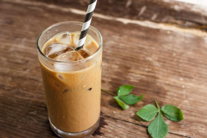 Время освежиться: готовим айс-кофе с корицей