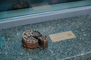 Торт, каштан, трамвай: в Киеве появились бронзовые мини-скульптуры
