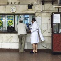 Люди в банных халатах из киевской подземки стали хитом в соцсетях