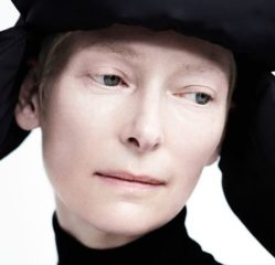 Тильда Суинтон продемонстрировала осенние луки в съемке Вилли Вандерперре