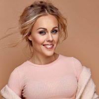 Жгучая брюнетка: певица Alyosha сменила имидж