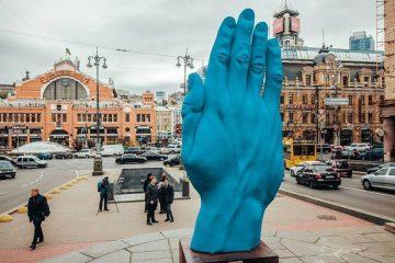 """""""Рука Кремля"""": пользователи отреагировали на новую скульптуру в центре Киева"""