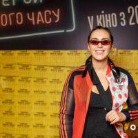 """Джамала в спортивном костюме посетила премьеру фильма """"Герой нашего времени"""""""