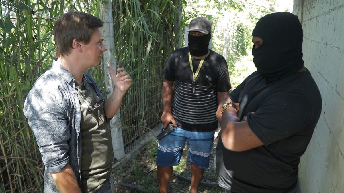 Они направили взведенное оружие к виску: Дмитрий Комаров попал в логово бразильской мафии картинки