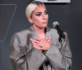Костюм оверсайз и слезы: Леди Гага сделала откровенное признание