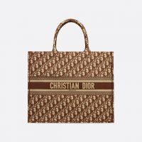 Поклонницы Dior теперь могут разместить свои инициалы на оригинальной сумке бренда